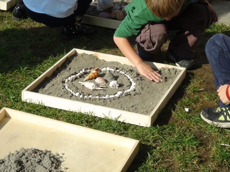 Construction de Mandalas par les enfants à partir d'éléments naturels